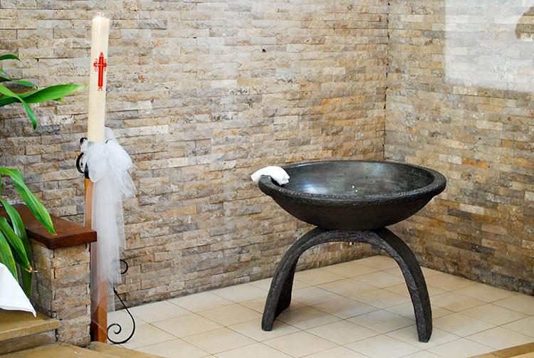 Les Fonts baptismaux et fresque de la Cathédrale de Papeete