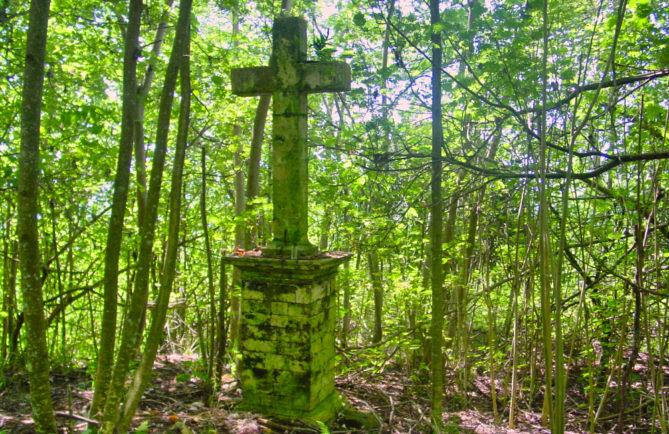 Croix de l'ancien cimetière de Taravai, Gambier. © Tahiti Heritage