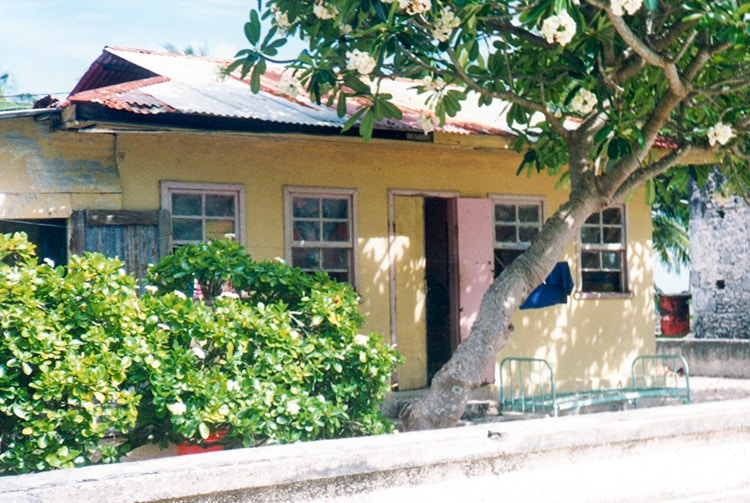 Maison jaune d'Hititake, à Amanu. © Tahiti Heritage