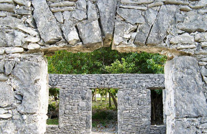 Linteau de la maison en pierres pres de la darse de Hititake à Amanu