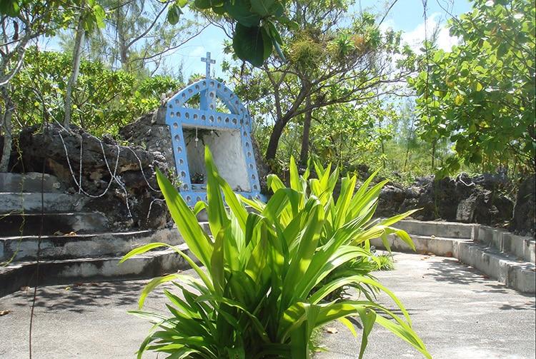 Grotte de Lourdes de Tukuhora, Anaa Tuamotu en 2008 © Tahiti Heritage