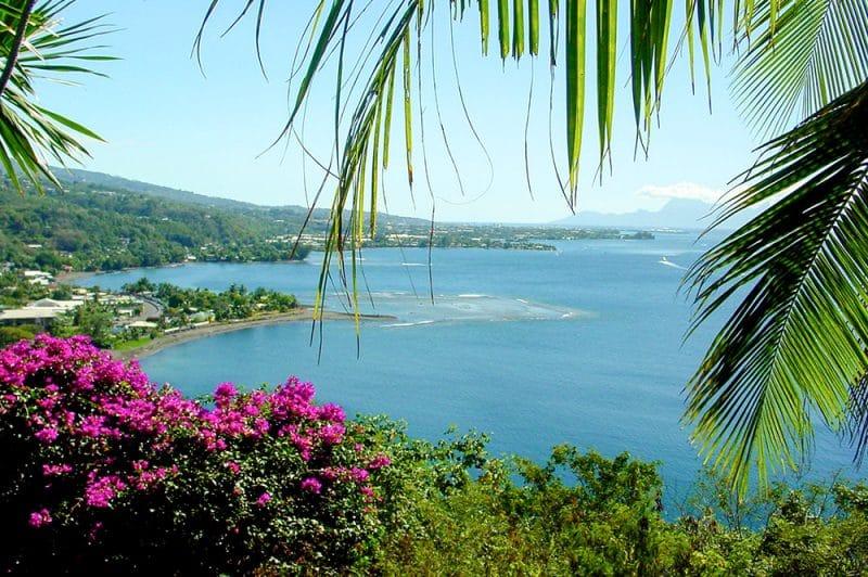 Belvédère et banc du gouverneur du Tahara'a © Tahiti Heritage