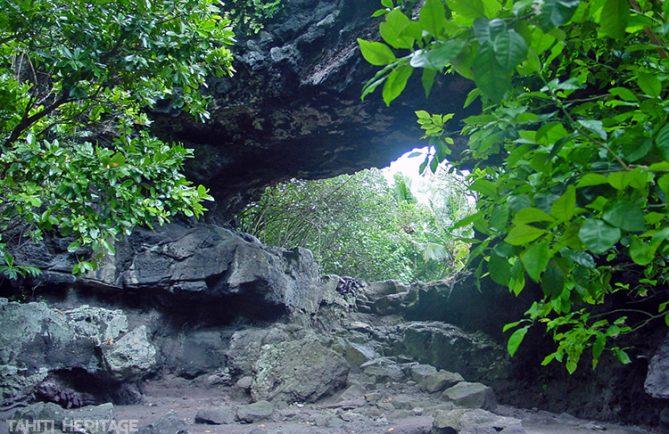 Grotte percée de Aukena, Gambier © Tahiti Heritage