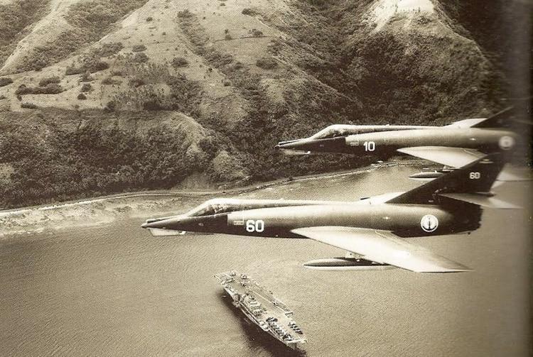 Avions Etendard devant le porte-avions Clémenceau à Vaiaro (Tahiti) en 1968