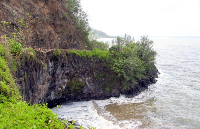 L'ancienne route de ceinture Faaone au bord de la falaise de Faaone.