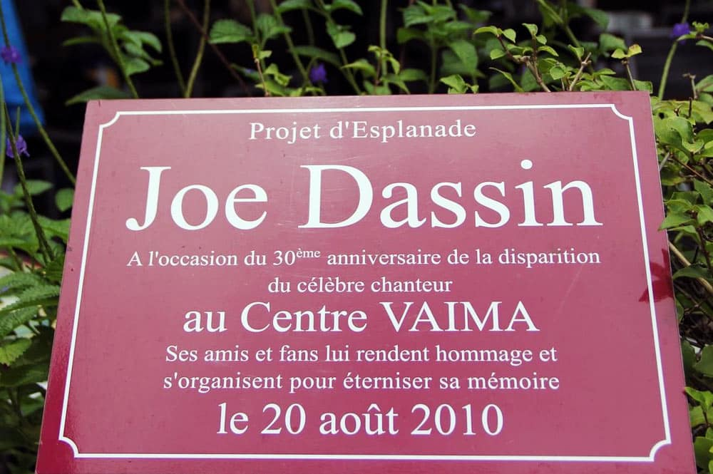 Plaque commémorative du chanteur Joe Dassin à Tahiti
