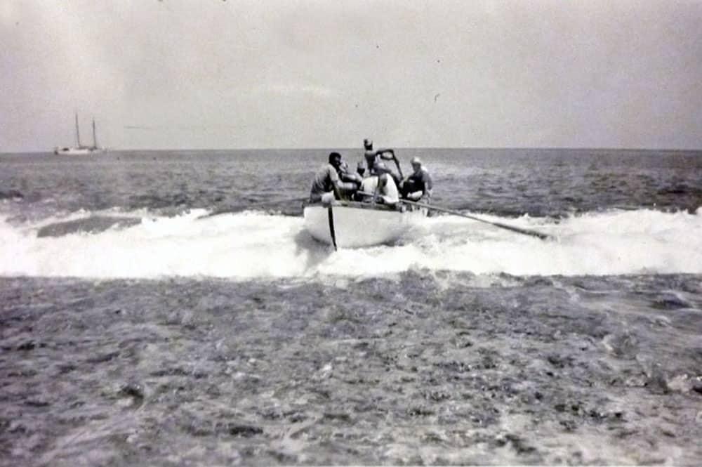L'arrivée en baleinière à Kaukura en 1950