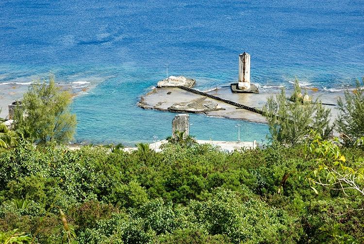 Vue du belvédère de Temao, sur la darse du port . Makatea