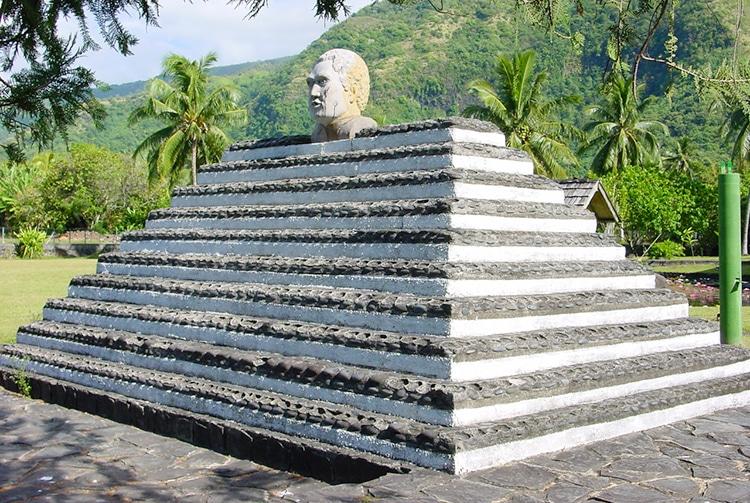 Mausolée du Grand Tati situé devant la mairie de Papara