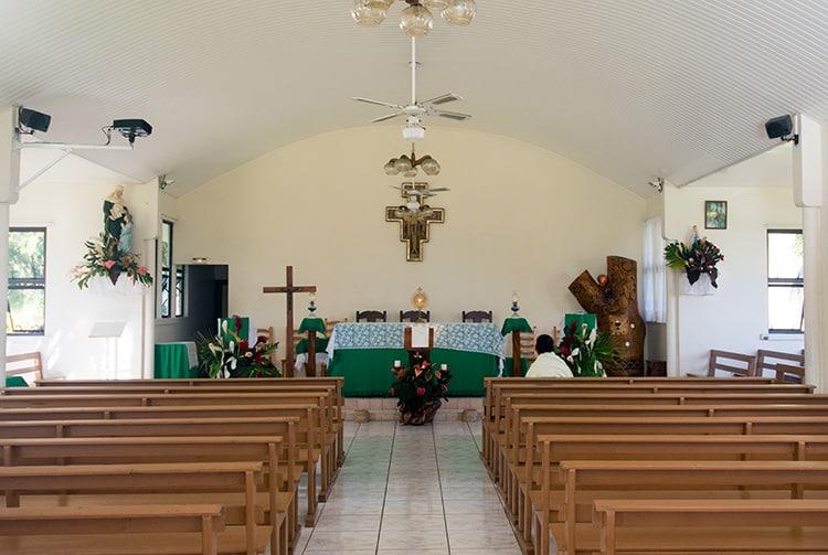 Intérieur de l'église Sainte-Anne de Papenoo