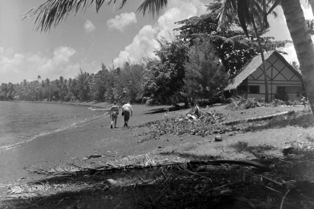 Plage du Royal Tahitien à Pirae en 1952