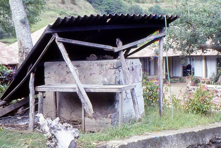 Four à pain de Ahurei à Rapa en 1985
