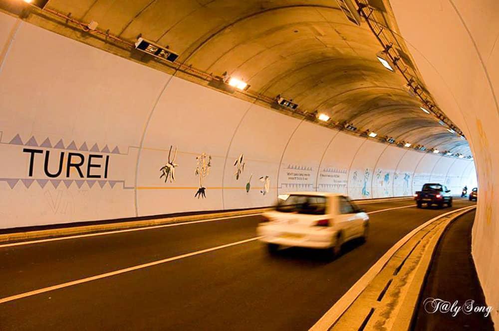 Intérieur du tunnel Arahoho, à Tiarei, Tahiti. Photo TalySong
