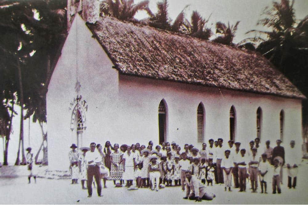 Les fidèles de l'église de Vaipahi, Tuamotu, en 1930
