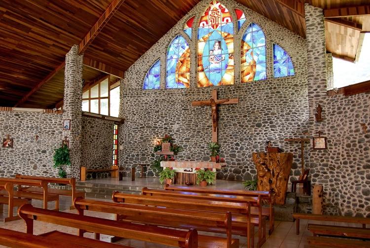 Intérieur de l'église de Vaitahu, sur l'île de Tahuata. Photo Purutaa