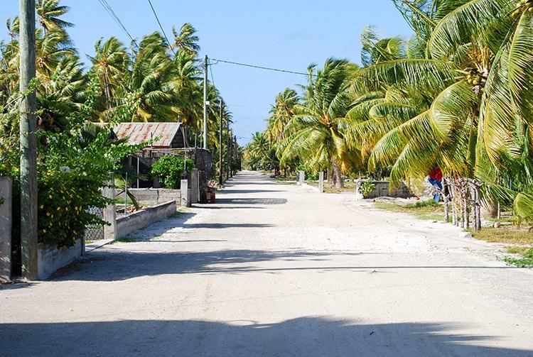 Rue en bord lagon du village de Niuhu à Fakahina en 2008