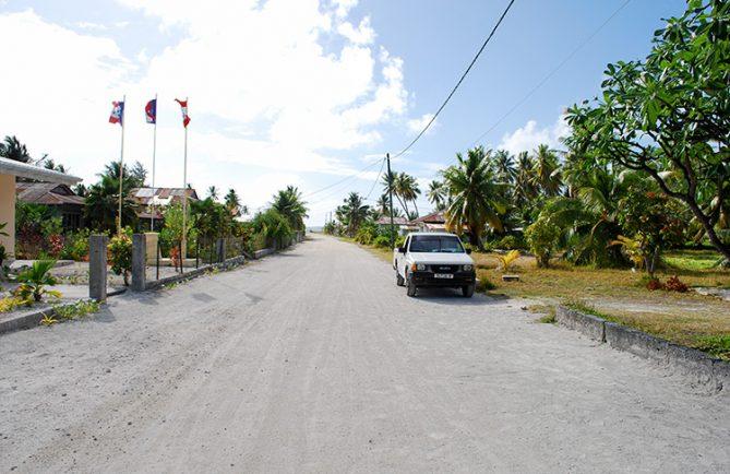 Rue principale du village de Niuhu à Fakahina