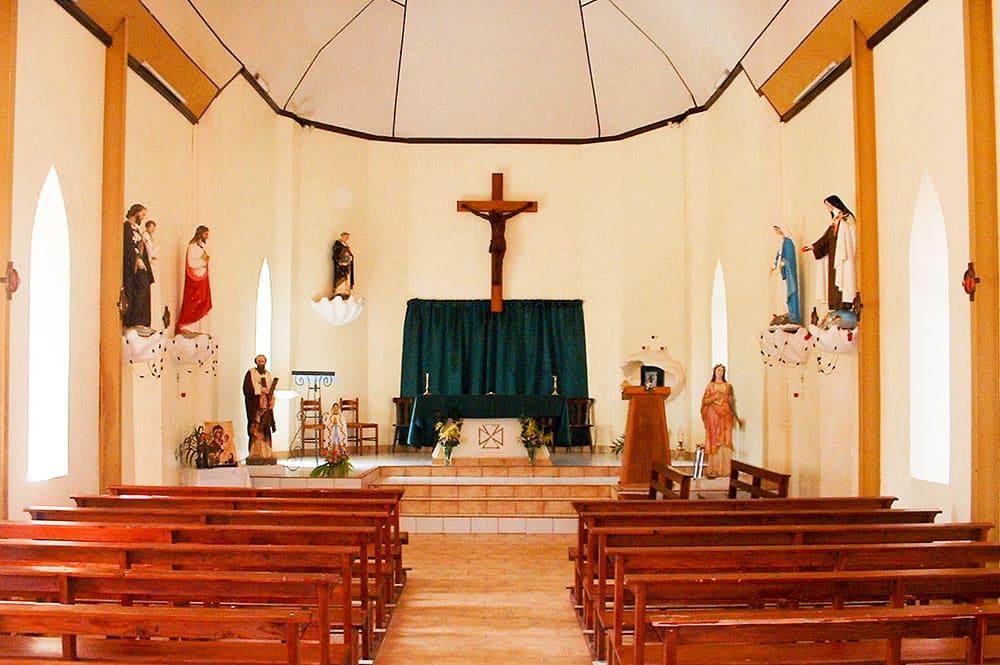 Intérieur de l'église Saint-Dominique de Fangatau, Tuamotu. © Tahiti Heritage