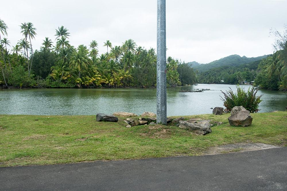 Poteau devant la source du pont de Maeva