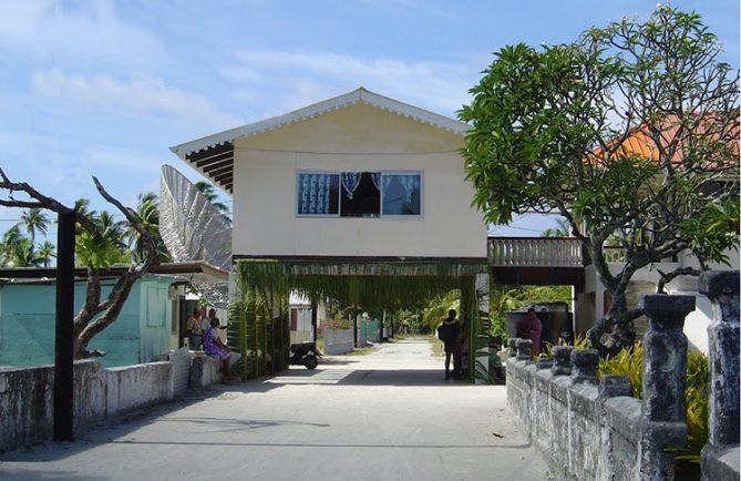 Maison à cheval sur la voie, à Taenga. Photo Mermoz