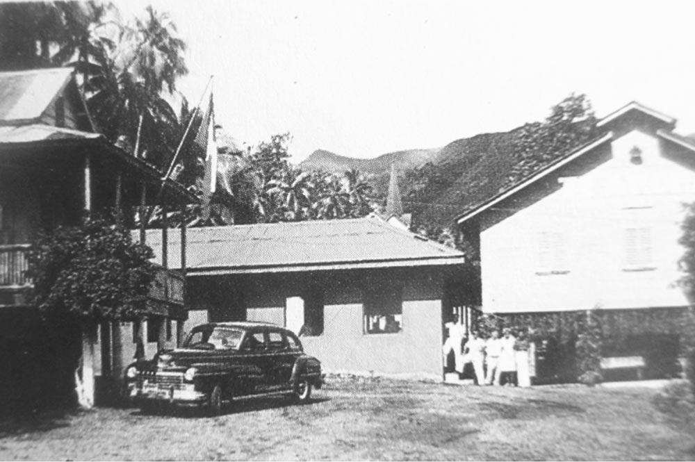 La voiture de Tony Bambridge devant l'entrée de la léproserie d'Orofara