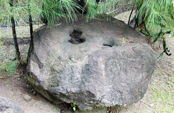 Pierre monoi d'Afarerii à Papara © Tahiti Heritage