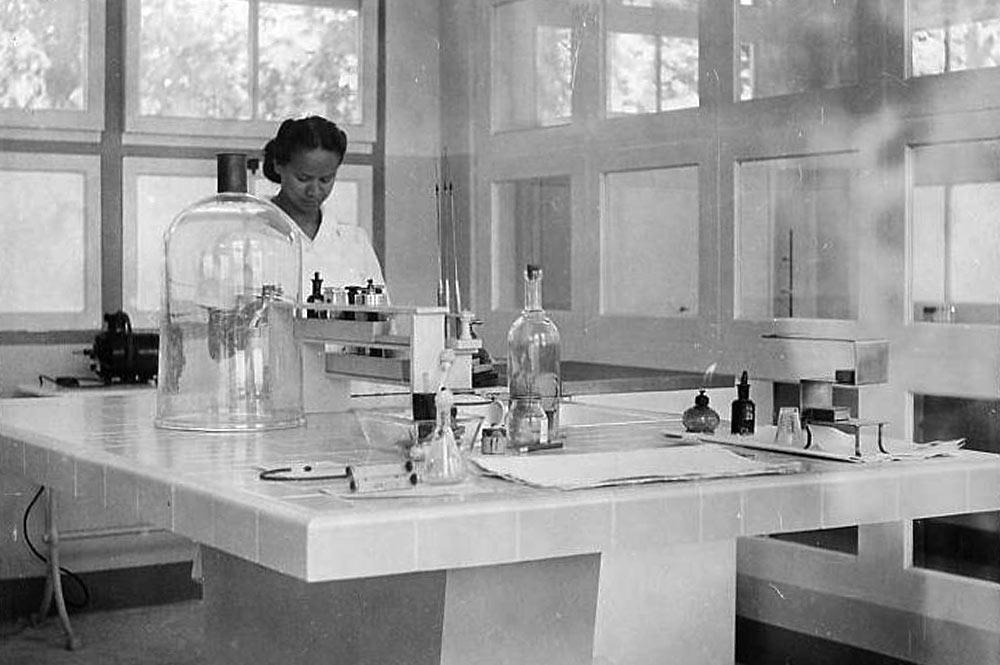 Laboratoire de l'Institut Malardé de Tahiti en 1949