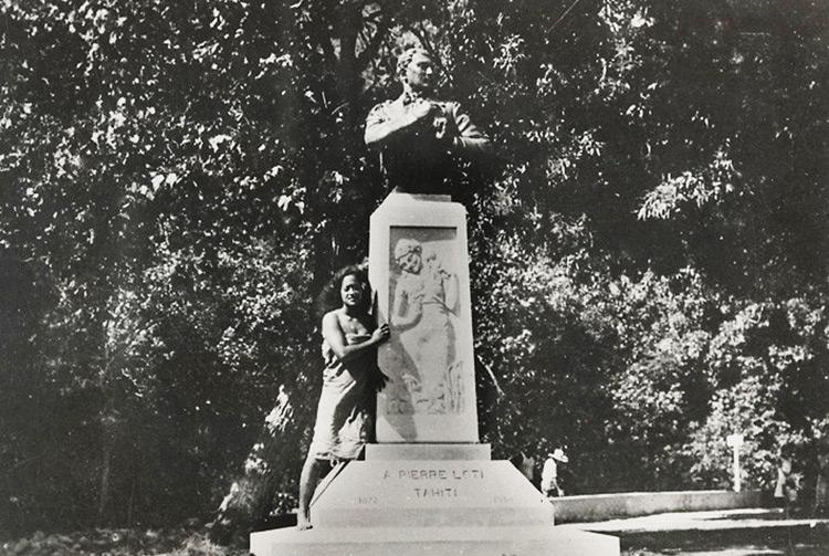 Le buste de Pierre Loti au lieu-dît Bain Loti, dans la vallée de la Fautaua en 1915
