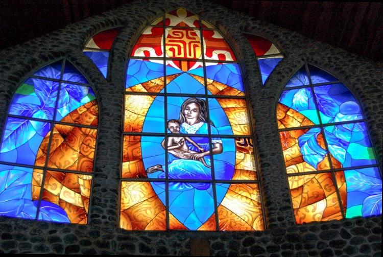 Vitrail de l'église de Vaitahu, sur l'île de Tahuata. Photo Purutaa