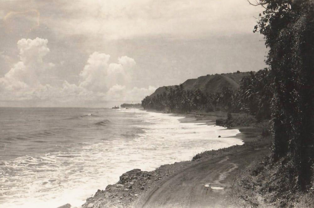 La plage de Papenoo vue de la pointe Tapahi à Mahina vers 1950