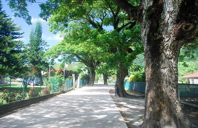 La rue principale de Rikitea en 2011. île de Mangareva, Gambier.