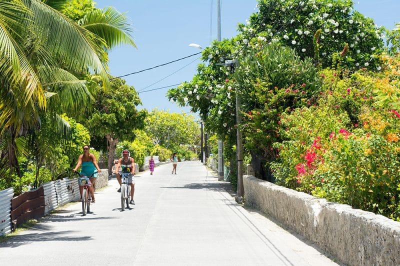 Rue principale du village de Tiputa à Rangiroa en 2016 © Tahiti Heritage