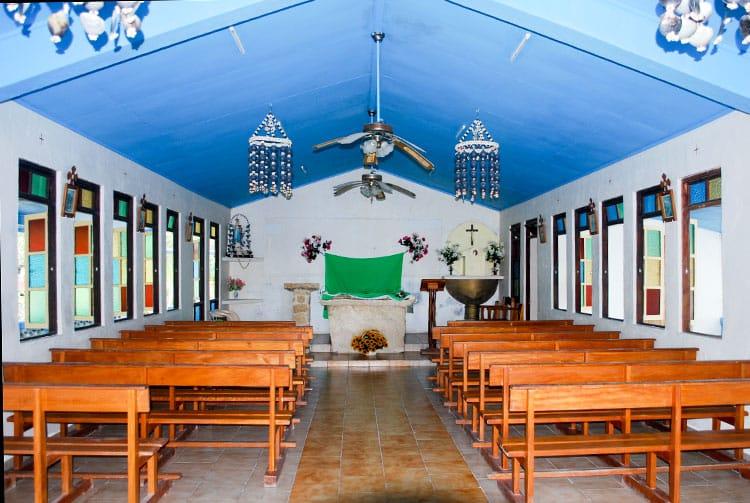 Intérieur de l'église Marie-Immaculée, Reine des nations de Paparara, Aratika © Tahiti Heritage