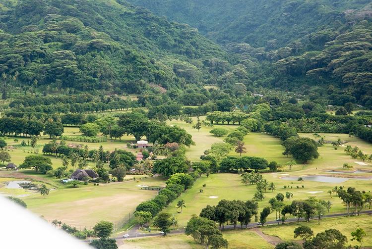 Le golf de Tahiti avec l'allée de mombins. Photo aérienne Tahiti Heritage 2014
