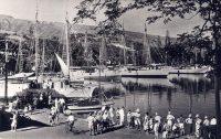 Scène animée au port vers 1950