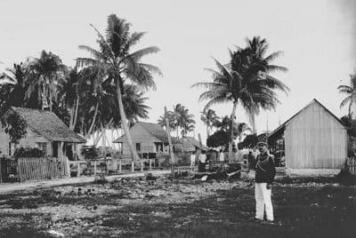 Le village d'Avatoru à Rangiroa en 1898. Photo Lemasson