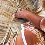 Tressage de peue (tapis) en pae'ore (feuilles de pandanus) © Tahiti Heritage