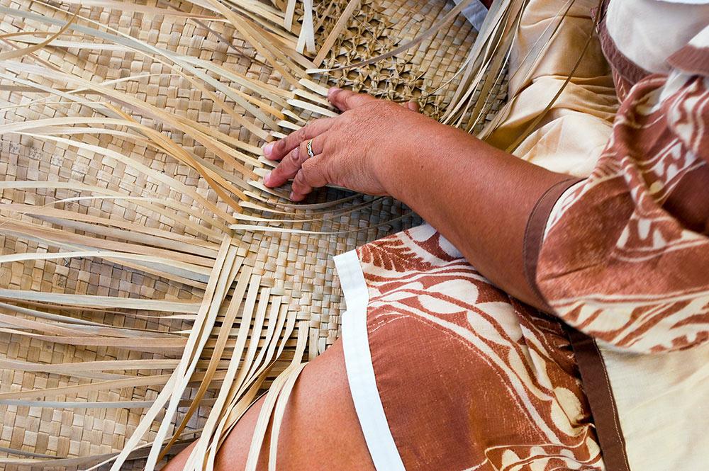 Tressage de peue (tapis) en pae'ore (feuilles de pandanus) © Olivier Babin / Tahiti Heritage