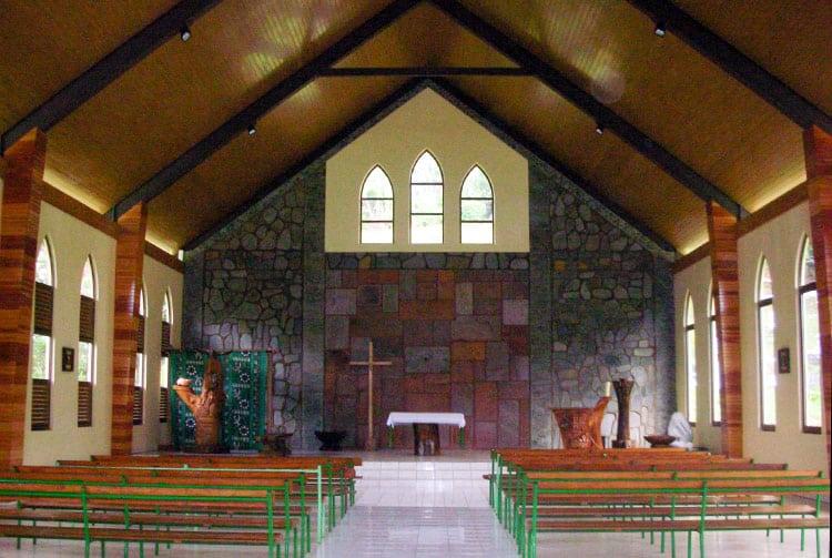 Intérieur de l'église des Sacrés-Cœurs de Hatiheu, Nuku-Hiva.