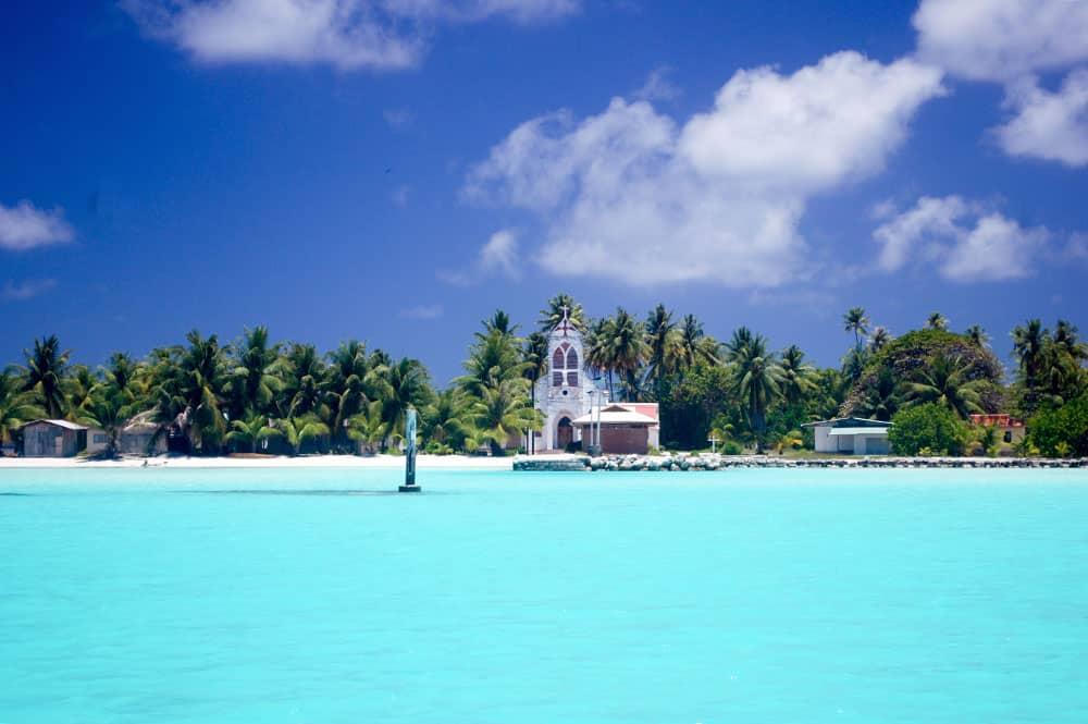 Village de Kauehi vu du lagon. © Tahiti Heritage