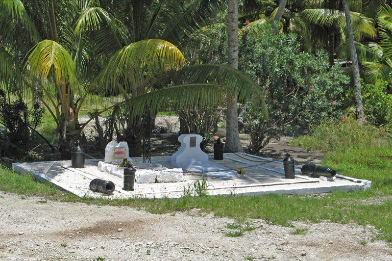 Tombe des marins de l'Uranie, à Maeva, Huahine