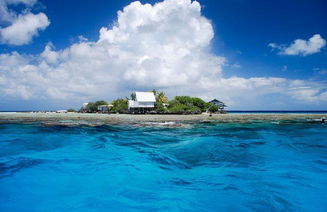 Ferme perlière sur un karena dans le lagon de Kauehi. © Tahiti Heritage