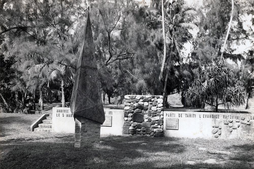 Le monument de l'arrivée de l'évangile, pointe vénus, en 1970. Photo Rodophe Weimann