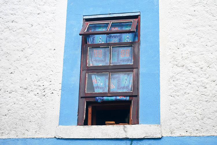 Fenêtre de la maison des frères tisserands de Rikitea