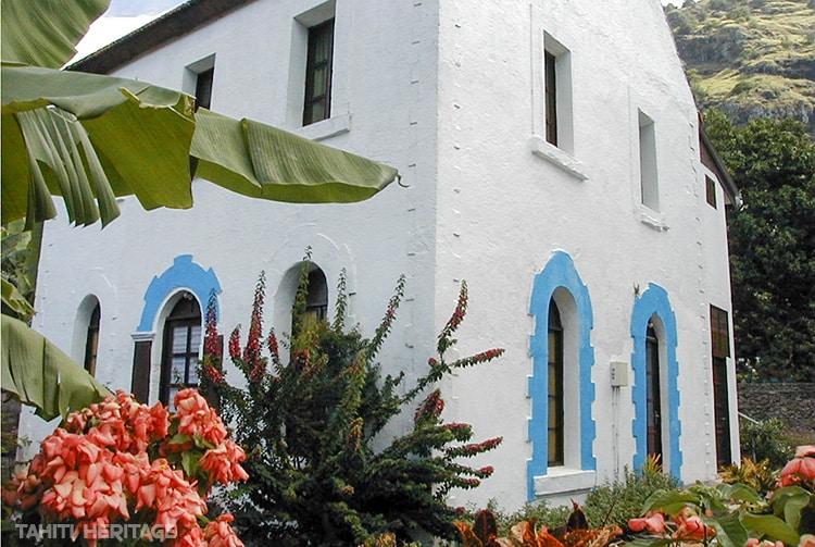 L'évêché de Rikitea (Gambier) en blenc et bleu en 2000. © Tahiti Heritage