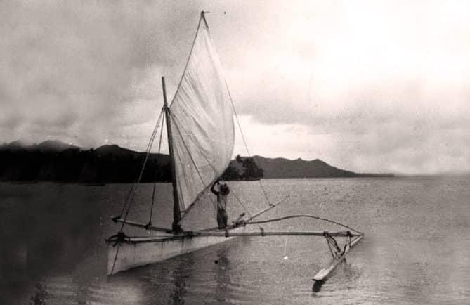 Légende du vieux Haauri. Pirogue à voile à Bora Bora en 1935. Photo Pierre Verger
