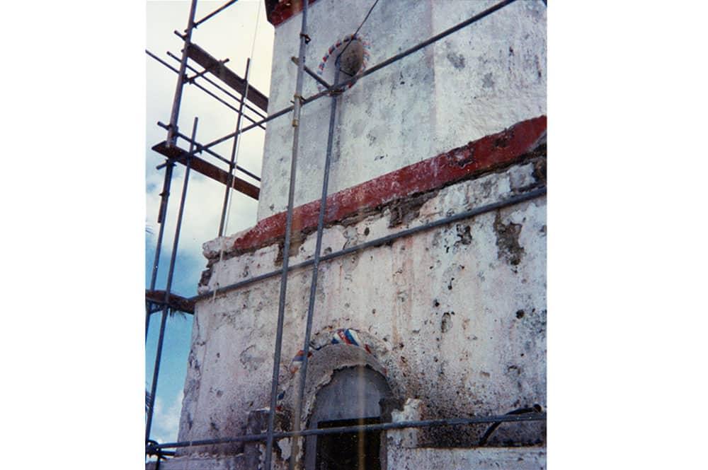 """Les moulures torsadées """"bleu, blanc, rouge"""" du phare de Makemo en 1998 juste avant leur disparition."""