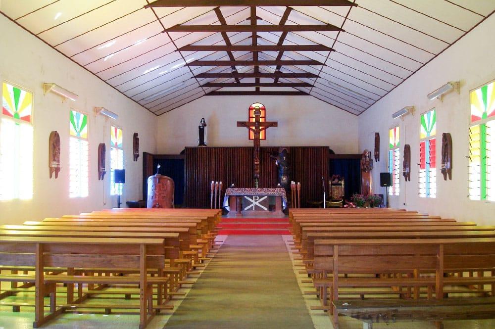 Intérieur de l'église Sainte-Thérèse-de-l'Enfant-Jésus de Hane à Ua Huka