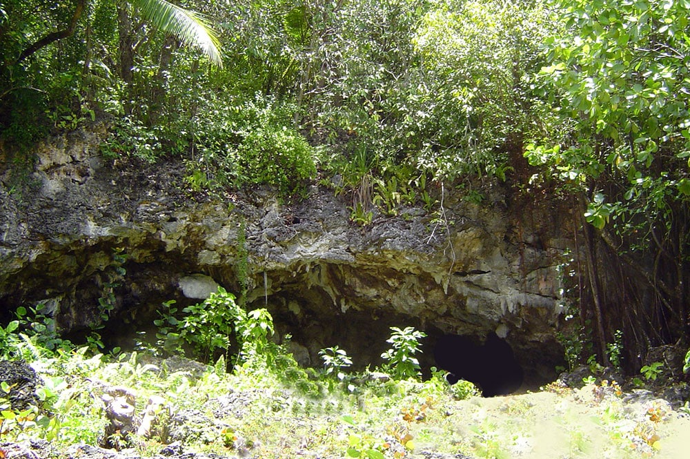 Entrée de la grotte Vairoa Moumu - Makatea. © Tahiti Heritage