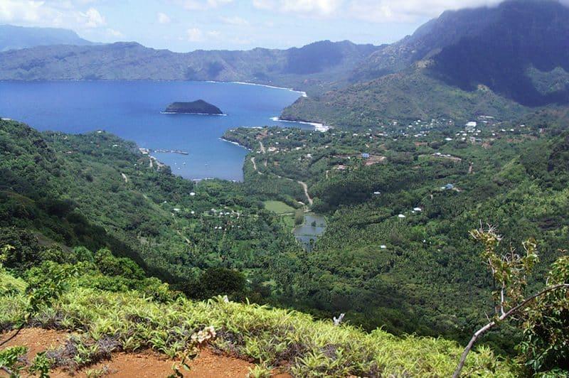Baie et village de Atuona, à Hiva Oa.